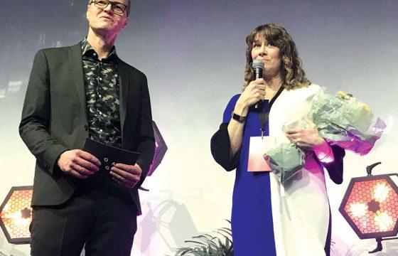 Runa Klock mottar Jacob-prisen. Til venstre Tarald Trønnes fra Design og arkitektur Norge (DOGA).