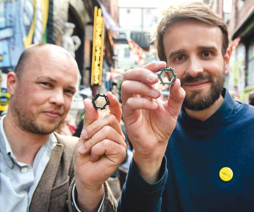 Lars Urheim (t.v.) og Jan Chr. Vestre har stor tro på prosjektet. Dingsen de holder i hendene er en materialprøve av injeksjonsstøp med komposittmaterialet. Den viser godt hvordan materialet flyter og hvilken styrke som kan oppnås i praksis.