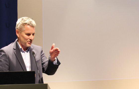 NCPs Adm.dir Svein-Erik Hjerpbakk under presentasjonen av rapporten. NCP har entret den sirkulære økonomien med stolen S-1500 - Stolen er laget av 100% resirkulert norsk plast med underramme av resirkulert norsk stål.